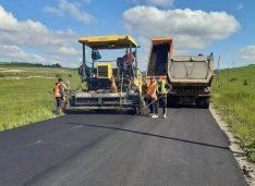 FOTO Covor asfaltic nou pe drumul care conectează comunele Hilișeu și Pomârla