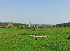 FOTO Locul de vis cu hamace în pădure, foișoare din stuf, iaz, multă liniște și mult aer curat