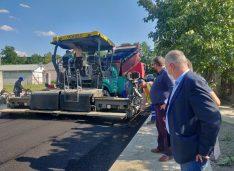 FOTO Se toarnă asfalt pe Drumul Tătarilor