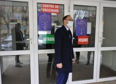 FOTO Primarul Cosmin Andrei a vizitat centrul de vaccinare din sala de sport a Colegiului Asachi
