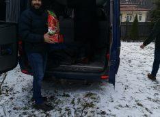 FOTO Încălțăminte, haine, jucării și dulciuri oferite familiilor nevoiașe din județ Frăția Ortodoxă, Arlechin și Babywearing
