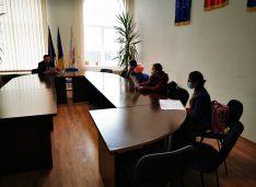 Trei elevi au mers la primarul Lucian Borfotină să îi prezinte un proiect de mediu și să afle date despre numeroasele investiții publice din comună