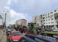 """VIDEO Fermierii botoșăneni au protestat pe străzile din municipiu: """"Cum de au avut inima să ne lase fără banii pentru secetă?"""""""