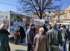 VIDEO Fermierii de la Moldoovis își vând din rulote cașul și brânza, alături de mierea de la Marineac și legumele de la Aniculăiesei