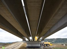 FOTO Două firme din Botoșani, lucrări spectaculoase la varianta ocolitoare a Bârladului. Grinzi de 40 de metri și 120 tone fiecare