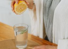 De ce este bine să bei apă caldă cu lămâie dimineața, pe stomacul gol?