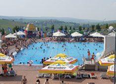 FOTO Cea mai aglomerată zi din an la aquaparkul Cornișa. Canicula a atras ieșenii și sucevenii la Botoșani