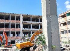 FOTO-VIDEO A început demolarea simbolului unei industrii. În locul unei fabrici de peste 70 de ani va apărea un LIDL