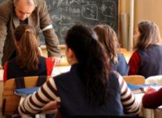 Profesor reclamat de părinți la ISJ pentru că merge la ore cu mesaje anti-vacciniste. Riscă dosar penal
